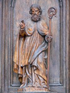 Mur-de-Barrez - Detail of the Saint-Thomas-de-Canterbury portal: wooden statue of St. Thomas of Canterbury