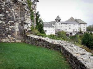 Mur-de-Barrez - View of the Sainte-Claire monastery from the Marie garden