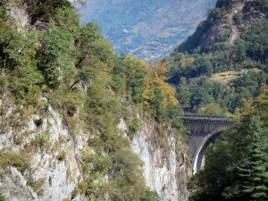Napoléon bridge - Cliffs of the gorge, part of the bridge, trees and mountains (near Luz-Saint-Sauveur)