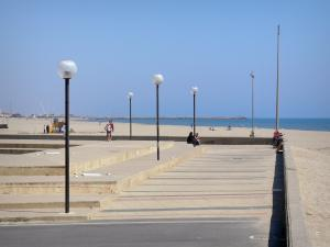 Narbonne-Plage - Walk along the sandy beach; in the Regional Natural Park of Narbonne in the Mediterranean