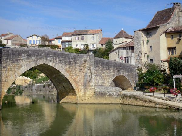 Nérac - Old bridge spanning the Baïse river and facades of houses in the old Nérac medieval town, in the Pays d'Albret region