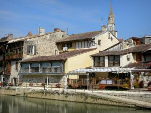 Nérac - Houses along the Baïse river and bell tower of the Notre-Dame church overlooking the place