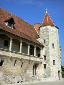Nérac - Château Henri IV (museum): tower and Renaissance gallery of the stately lodge