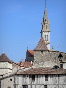 Nérac - Bell tower of the Notre-Dame church and houses in the medieval town
