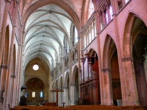 Nevers - Inside the Saint-Cyr-et-Sainte-Julitte cathedral: Gothic nave and Romanesque choir