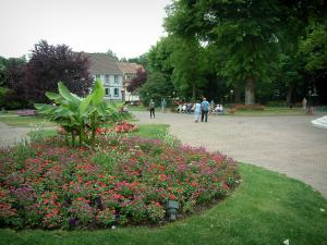 Niederbronn-les-Bains - Park (garden) with flowers, path and trees