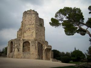Nîmes - Fontaine garden (park): Magne tower (remains of the ancient Roman ramparts)