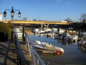Nogent-sur-Marne - Boats in the port, lamppost, and bridge spanning the River Marne