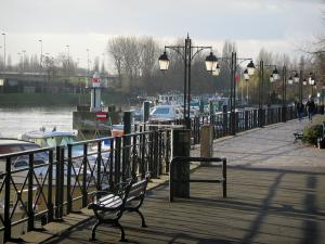 Nogent-sur-Marne - Walk, bench, lampposts, boats in the port, the River Marne and trees