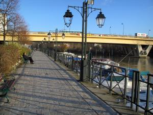Nogent-sur-Marne - Walk decorated with benches and lampposts, boats in the port and bridge spanning the River Marne
