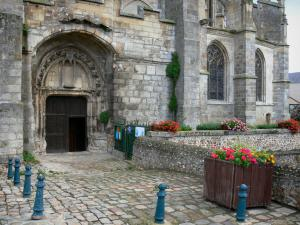Nogent-le-Roi - Portal of the Saint-Sulpice church, paved ground, flowers in jars