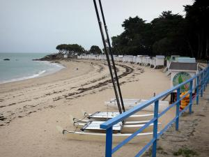 Noirmoutier island - Dames beach with catamarans on the sand, cubicles and the Chaise wood