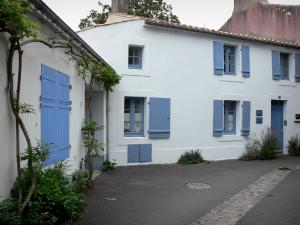 Noirmoutier island - Noirmoutier-en-l'Île: white houses with blue shutters