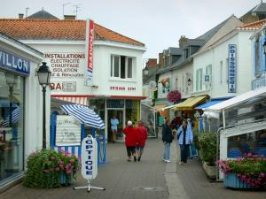 Noirmoutier island - Noirmoutier-en-l'Île: narrow street lined with houses and shops