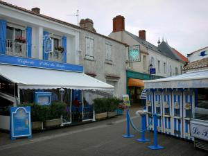 Noirmoutier island - Noirmoutier-en-l'Île: houses, restaurant terrace and shops