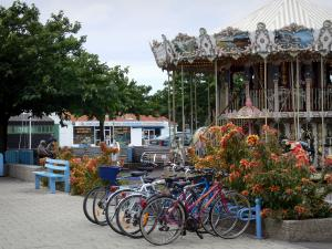 Noirmoutier island - Noirmoutier-en-l'Île: Carousel, line of cycles (bicycles) and trees