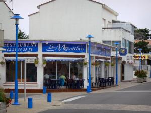 Notre-Dame-de-Monts - Seaside resort: blue lampposts, houses and restaurant