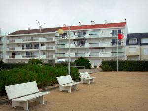 Notre-Dame-de-Monts - Seaside resort: benches, shrubs and buildings