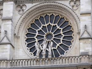 Notre-Dame de Paris cathedral - Large rose of the western facade and statue of the Virgin and Child between two angels (Virgin gallery)
