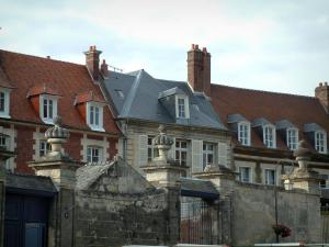 Noyon - Canonial district with gates and mansions