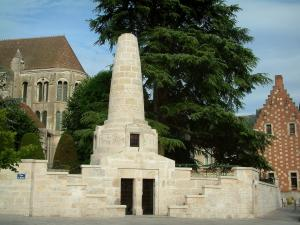 Noyon - War memorial, tree, shrubs and Notre-Dame cathedral