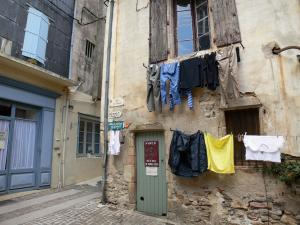 Olargues - Houses of the village and hanging linen