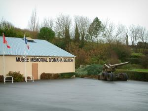 Omaha Beach - Landing Site: Memorial Museum Omaha Beach en kanonnen, in Saint-Laurent-sur-Mer