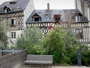 Orléans - Bench, shrubs and half-timbered houses