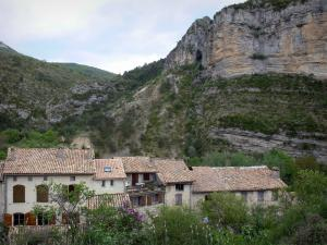 Orpierre - Cliff (rock faces) overlooking the houses of the village