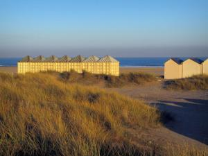 Ouistreham - Beachgrass (psammophytes), beach huts and the Channel (sea)