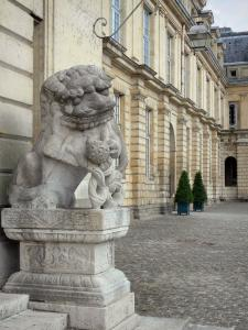 Palace of Fontainebleau - Palace of Fontainebleau: Statue in the Fountain courtyard