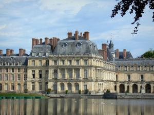 Palace of Fontainebleau - Carp pond and facades of the Palace of Fontainebleau
