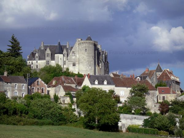 Palluau-sur-Indre - Feudal castle overlooking the houses of the village; in the Indre valley