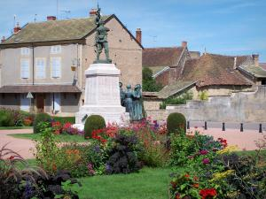 Paray-le-Monial - War Memorial, macizos de flores y casas
