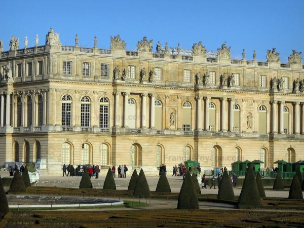 Park of the Palace of Versailles - Facade of the castle and Midi flowerbed (flowerbeds, cut shrubs and pond)