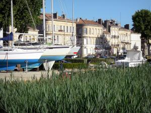 Pauillac - Reed boats from the marina and facades of the town