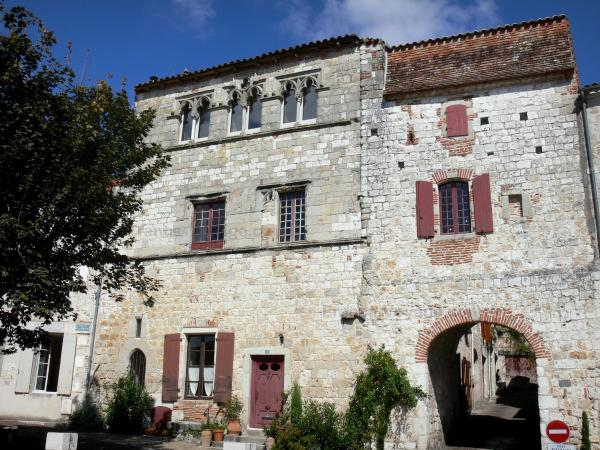 Penne-d'Agenais - Town gate and facade of a house