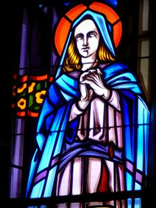 Penne-d'Agenais - Inside Notre-Dame de Peyragude basilica (shrine): stained glass window