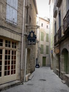 Pézenas - Old town: narrow paved street lined with houses