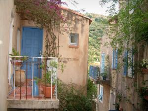Pigna - Small balcony decorated with plants and houses of the village (in the Balagne region)