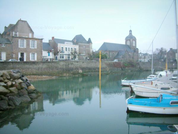 Piriac-sur-Mer - Boats of the port, church and houses in the village (seaside resort)