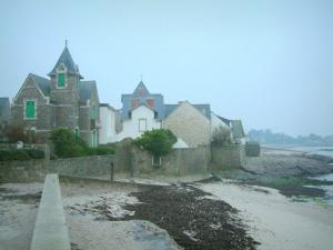 Piriac-sur-Mer - Houses of the seaside resort, sandy beach and algae
