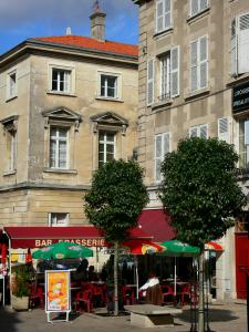 Poitiers - Café terrace, trees and houses