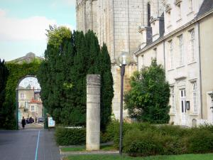 Poitiers - Saint-Pierre cathedral, facade of the episcopal palace, column, lamppost and shrubs