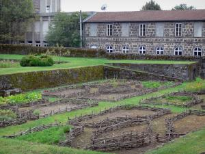 Pontgibaud castle - Vegetable garden and Dauphin castle