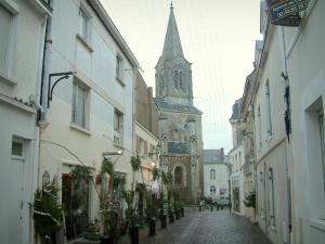 Pornic - Street lined with houses leading to the church