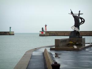 Port-en-Bessin - Quay and monument with view of the lights of the port entrance