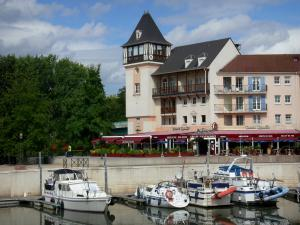Port-Cergy - River Port Cergy and its moored boats, restaurant terrace and facades of the marina