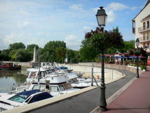 Port-Cergy - Dock with lampposts and boats of the river port of Cergy (marina)