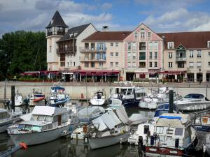 Port-Cergy - River port of Cergy and its moored boats, facades of the marina